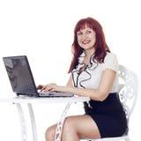 Όμορφη επιχειρηματίας με το σημειωματάριο στοκ φωτογραφίες