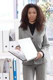 Όμορφη επιχειρηματίας με το φάκελλο Στοκ Εικόνα