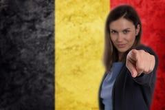 Όμορφη επιχειρηματίας που δείχνει το δάχτυλό της σε σας βελγική σημαία Στοκ Φωτογραφίες