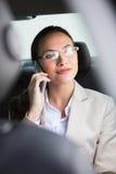 Όμορφη επιχειρηματίας που κάνει ένα τηλεφώνημα Στοκ Εικόνα
