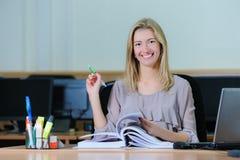 Όμορφη επιχειρηματίας που κρατά μια μάνδρα Στοκ Εικόνες
