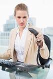 όμορφη επιχειρηματίας που κλείνει το τηλέφωνο το τηλέφωνοη Στοκ εικόνες με δικαίωμα ελεύθερης χρήσης