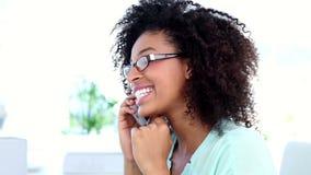 Όμορφη επιχειρηματίας που μιλά στο τηλέφωνό της φιλμ μικρού μήκους