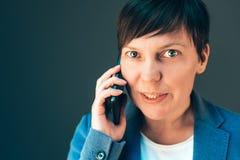 Όμορφη επιχειρηματίας που μιλά στο smartphone Στοκ εικόνες με δικαίωμα ελεύθερης χρήσης