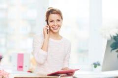 Όμορφη επιχειρηματίας που μιλά στο smartphone Στοκ Φωτογραφία