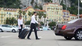 Όμορφη επιχειρηματίας που περπατά στο ταξί με το chauffer, υπηρεσίες αυτοκινήτων πολυτέλειας στοκ εικόνα με δικαίωμα ελεύθερης χρήσης