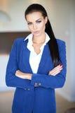 Όμορφη επιχειρηματίας που στέκεται με τα διπλωμένα όπλα Στοκ εικόνα με δικαίωμα ελεύθερης χρήσης