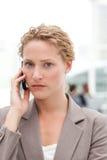 Όμορφη επιχειρηματίας που τηλεφωνά στο γραφείο της Στοκ Φωτογραφίες