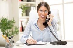 Όμορφη επιχειρηματίας που τηλεφωνά στο γραφείο Στοκ Εικόνα