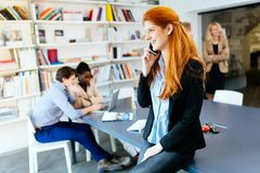 Όμορφη επιχειρηματίας που χρησιμοποιεί το τηλέφωνο Στοκ Εικόνες