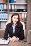Όμορφη επιχειρηματίας στο γραφείο της Στοκ εικόνα με δικαίωμα ελεύθερης χρήσης