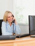 Όμορφη επιχειρηματίας στο τηλέφωνο Στοκ Εικόνα