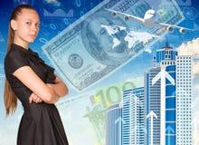 Όμορφη επιχειρηματίας στο φόρεμα με τα διασχισμένα όπλα Στοκ φωτογραφία με δικαίωμα ελεύθερης χρήσης