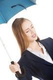 Όμορφη επιχειρησιακή γυναίκα κάτω από την ομπρέλα. Στοκ Φωτογραφία