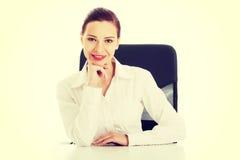 Όμορφη επιχειρησιακή γυναίκα, κύρια συνεδρίαση σε μια καρέκλα στοκ φωτογραφίες με δικαίωμα ελεύθερης χρήσης