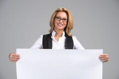 Όμορφη επιχειρησιακή γυναίκα με το άσπρο έμβλημα Στοκ Φωτογραφίες