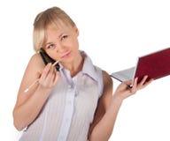 Όμορφη επιχειρησιακή γυναίκα με το κόκκινο σημειωματάριο Στοκ Εικόνες
