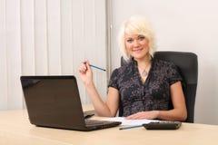 Όμορφη επιχειρησιακή γυναίκα με το σημειωματάριο στο γραφείο Στοκ φωτογραφία με δικαίωμα ελεύθερης χρήσης