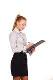 Όμορφη επιχειρησιακή γυναίκα με το φάκελλο και τη μάνδρα υπό εξέταση Στοκ Εικόνα