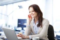 Όμορφη επιχειρησιακή γυναίκα με το lap-top Στοκ εικόνα με δικαίωμα ελεύθερης χρήσης