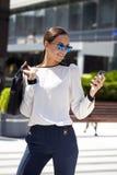 Όμορφη επιχειρησιακή γυναίκα που καλεί τηλεφωνικώς Στοκ φωτογραφίες με δικαίωμα ελεύθερης χρήσης