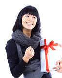 Όμορφη επιχειρησιακή γυναίκα που κρατά ένα δώρο Στοκ Εικόνες