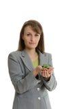 Όμορφη επιχειρησιακή γυναίκα που κρατά μια χούφτα της γης με ένα νέο π Στοκ Φωτογραφία