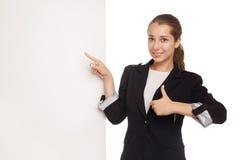 Όμορφη επιχειρησιακή γυναίκα που κρατά τον κενό πίνακα διαφημίσεων Στοκ Εικόνες