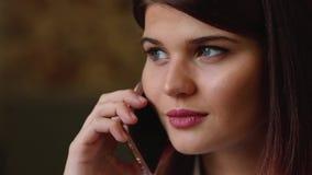 Όμορφη επιχειρησιακή γυναίκα που μιλά στο τηλέφωνο που χαμογελά και που μιλά για το ταξίδι της στις διακοπές Κινηματογράφηση σε π φιλμ μικρού μήκους