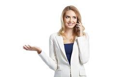 Όμορφη επιχειρησιακή γυναίκα που μιλά ένα τηλέφωνο και ένα χαμόγελο Στοκ Φωτογραφία