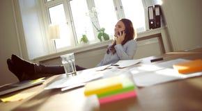Όμορφη επιχειρησιακή γυναίκα που μιλά στο τηλέφωνο κυττάρων Στοκ Εικόνες
