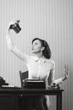 Όμορφη επιχειρησιακή γυναίκα που παίρνει μια εικόνα της με έναν παλαιό στοκ φωτογραφίες με δικαίωμα ελεύθερης χρήσης