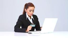 Όμορφη επιχειρησιακή γυναίκα που χρησιμοποιεί την πιστωτική κάρτα απόθεμα βίντεο