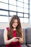Όμορφη επιχειρησιακή γυναίκα που χρησιμοποιεί το κινητό τηλέφωνο Στοκ Φωτογραφίες