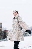 Όμορφη επιχειρησιακή γυναίκα σε ένα παλτό γουνών σε ένα υπόβαθρο του γραφείου στην οδό Στοκ Φωτογραφία