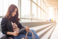 Όμορφη επιχειρησιακή γυναίκα της Ασίας πέρα από το μπλε υπόβαθρο γραφείων Στοκ Εικόνες