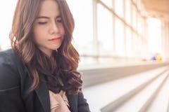 Όμορφη επιχειρησιακή γυναίκα της Ασίας πέρα από το μπλε υπόβαθρο γραφείων Στοκ Εικόνα