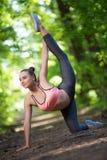 Όμορφη λεπτή άσκηση γυναικών στοκ εικόνες με δικαίωμα ελεύθερης χρήσης