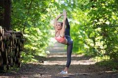 Όμορφη λεπτή άσκηση γυναικών στοκ εικόνες