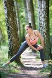 Όμορφη λεπτή άσκηση γυναικών στοκ φωτογραφίες