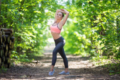 Όμορφη λεπτή άσκηση γυναικών στοκ εικόνα με δικαίωμα ελεύθερης χρήσης