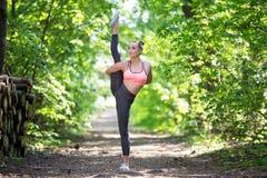 Όμορφη λεπτή άσκηση γυναικών στοκ φωτογραφία