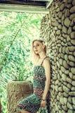 Όμορφη λεπτή γυναίκα μεταξύ των τροπικών εγκαταστάσεων Ομορφιά, μόδα SPA, υγειονομική περίθαλψη τροπικές διακοπές Νησί του Μπαλί Στοκ Φωτογραφίες