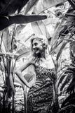 Όμορφη λεπτή γυναίκα μεταξύ των τροπικών εγκαταστάσεων Ομορφιά, μόδα SPA, υγειονομική περίθαλψη τροπικές διακοπές Νησί του Μπαλί Στοκ εικόνα με δικαίωμα ελεύθερης χρήσης
