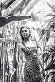 Όμορφη λεπτή γυναίκα μεταξύ των τροπικών εγκαταστάσεων Ομορφιά, μόδα SPA, υγειονομική περίθαλψη τροπικές διακοπές Νησί του Μπαλί Στοκ Εικόνες