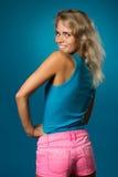 Όμορφη λεπτή γυναίκα σε μια μπλούζα στοκ φωτογραφία με δικαίωμα ελεύθερης χρήσης