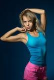 Όμορφη λεπτή γυναίκα σε μια μπλούζα στοκ εικόνα με δικαίωμα ελεύθερης χρήσης