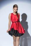 Όμορφη λεπτή τοποθέτηση γυναικών στο φόρεμα μεταξιού στοκ εικόνες