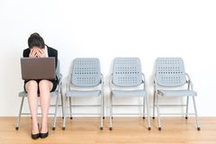 Όμορφη εργαζόμενη γυναίκα γραφείων που χρησιμοποιεί τον κινητό υπολογιστή Στοκ Εικόνες