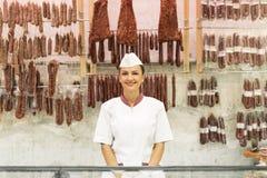 Όμορφη εργασία γυναικών κρεοπωλείων Στοκ φωτογραφία με δικαίωμα ελεύθερης χρήσης